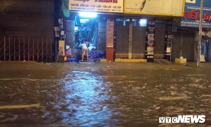 Thợ sửa xe máy kiếm bộn trong đêm mưa ngập lịch sử ở TP.HCM-7