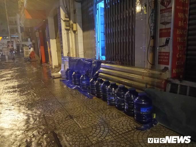Thợ sửa xe máy kiếm bộn trong đêm mưa ngập lịch sử ở TP.HCM-8