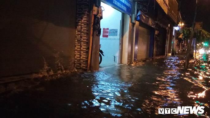 Thợ sửa xe máy kiếm bộn trong đêm mưa ngập lịch sử ở TP.HCM-9
