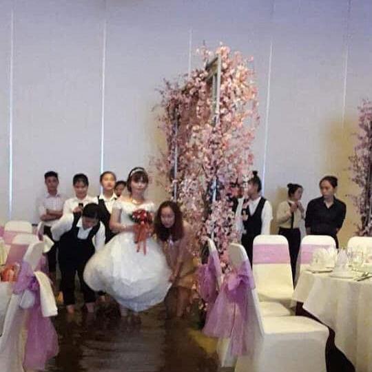 Đám cưới ngày bão: Hội trường thành bể bơi, cô dâu xách váy đến đầu gối còn quan khách vừa ăn cỗ vừa ngâm chân-1