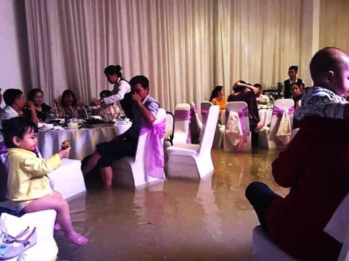 Đám cưới ngày bão: Hội trường thành bể bơi, cô dâu xách váy đến đầu gối còn quan khách vừa ăn cỗ vừa ngâm chân-2