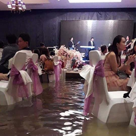 Đám cưới ngày bão: Hội trường thành bể bơi, cô dâu xách váy đến đầu gối còn quan khách vừa ăn cỗ vừa ngâm chân-3