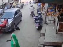 Bị xe tông thẳng vào người, hai mẹ con thoát chết kỳ diệu