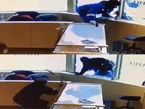 Băng cướp có súng bị nhân viên cửa hàng trang sức vác kiếm đánh đuổi