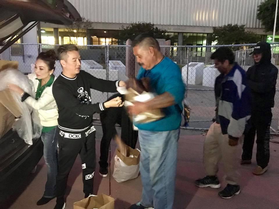 Đàm Vĩnh Hưng qua Mỹ phát quà từ thiện, fan tranh cãi nảy lửa-2