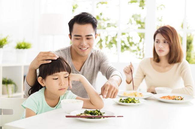 Việc nên và không nên làm với con khi ăn uống, tưởng đơn giản nhưng không phải ai cũng biết-1