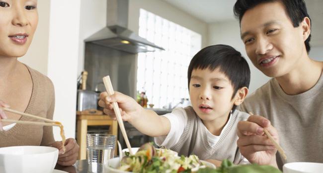 Việc nên và không nên làm với con khi ăn uống, tưởng đơn giản nhưng không phải ai cũng biết-2