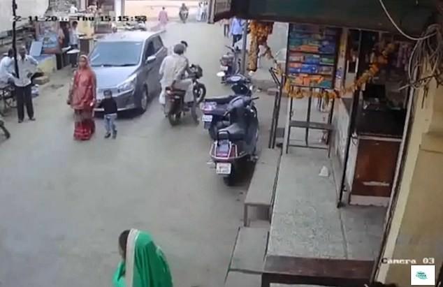 Mẹ dắt con thong dong giữa phố thì tai họa ập đến, kết cục khiến mọi người tin rằng thần chết ngủ quên là có thật-2