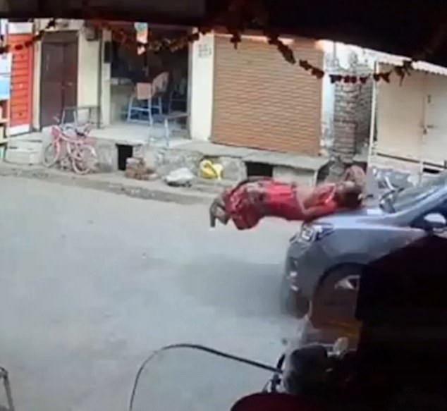 Mẹ dắt con thong dong giữa phố thì tai họa ập đến, kết cục khiến mọi người tin rằng thần chết ngủ quên là có thật-4
