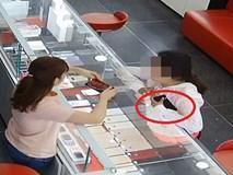 Người phụ nữ trộm iPhone trước mặt nhân viên theo cách
