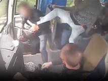 Hành khách bị đánh tới tấp vì giằng vô lăng khi xe đang chạy