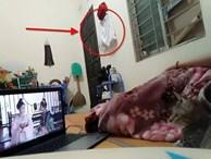 Cô gái chụp ảnh đang nằm xem phim gửi cho người yêu, dân mạng phát hiện ngay 'vật thể lạ' tố cáo ngoại tình