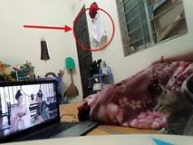 Cô gái chụp ảnh đang nằm xem phim gửi cho người yêu, dân mạng phát hiện ngay