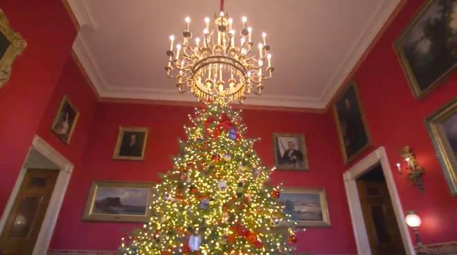 Trang trí Giáng sinh cho Nhà Trắng, bà Melania Trump gây tranh cãi khi sử dụng toàn cây thông màu đỏ-1