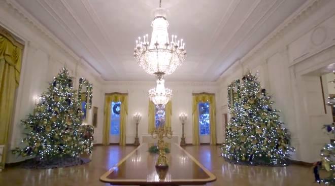 Trang trí Giáng sinh cho Nhà Trắng, bà Melania Trump gây tranh cãi khi sử dụng toàn cây thông màu đỏ-2