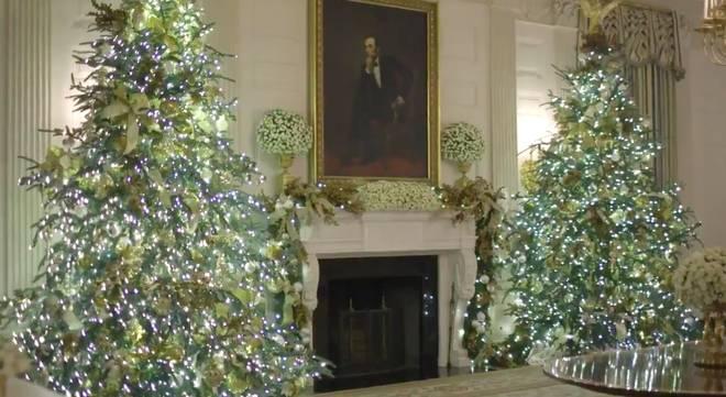 Trang trí Giáng sinh cho Nhà Trắng, bà Melania Trump gây tranh cãi khi sử dụng toàn cây thông màu đỏ-3