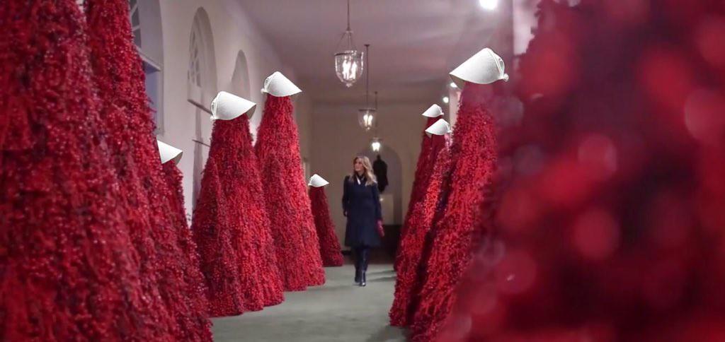 Trang trí Giáng sinh cho Nhà Trắng, bà Melania Trump gây tranh cãi khi sử dụng toàn cây thông màu đỏ-5