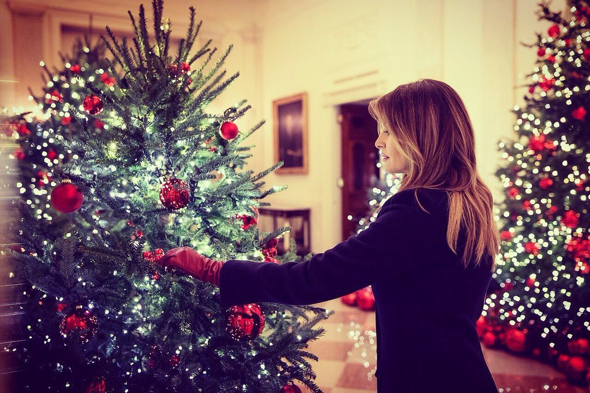 Trang trí Giáng sinh cho Nhà Trắng, bà Melania Trump gây tranh cãi khi sử dụng toàn cây thông màu đỏ-8