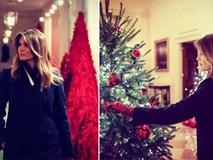 Trang trí Giáng sinh cho Nhà Trắng, bà Melania Trump gây tranh cãi khi sử dụng toàn cây thông màu đỏ