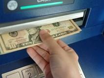 Dân đổ xô tới cây ATM rút 10 USD được 100 USD