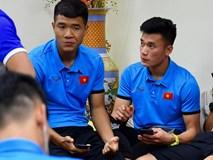 Tuyển Việt Nam ăn ô mai chống đói chờ nhập cảnh Philippines