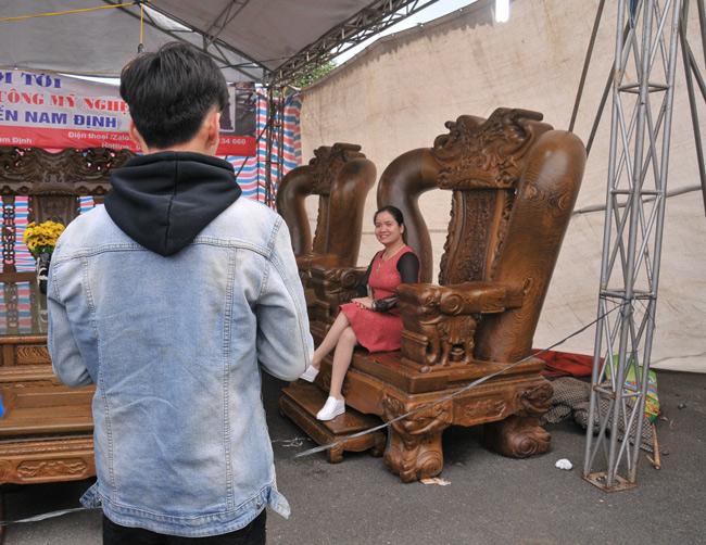 Đã mắt trước bộ bàn ghế gỗ mun đuôi công trị giá 3,2 tỷ đồng-3