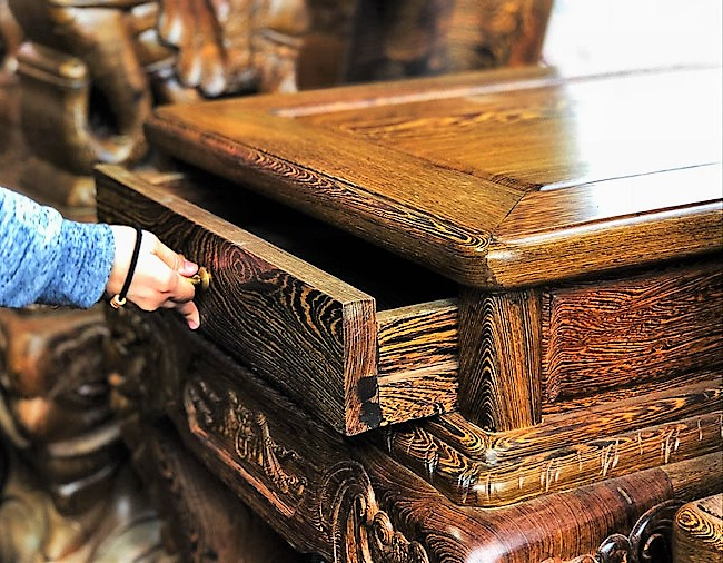 Đã mắt trước bộ bàn ghế gỗ mun đuôi công trị giá 3,2 tỷ đồng-6