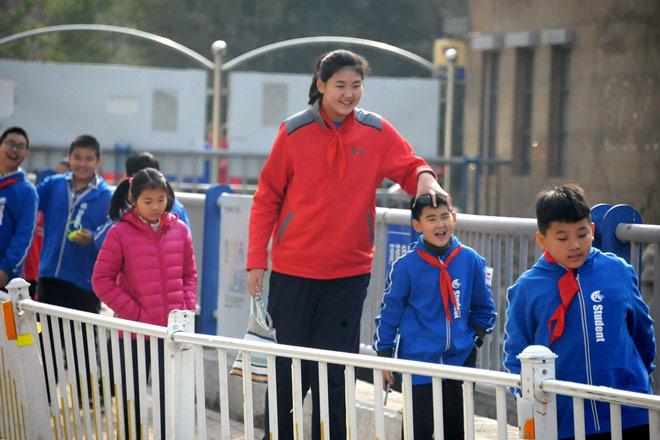 Không tưởng: Nữ VĐV Trung Quốc mới 11 tuổi đã cao 2m01-2