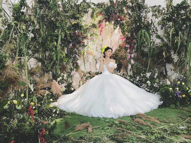 Rò rỉ hình ảnh cưới hiếm hoi chụp tại Pháp cùng chiếc váy cưới 10 nghìn hạt ngọc trai của Á hậu Thanh Tú và chồng U40-4