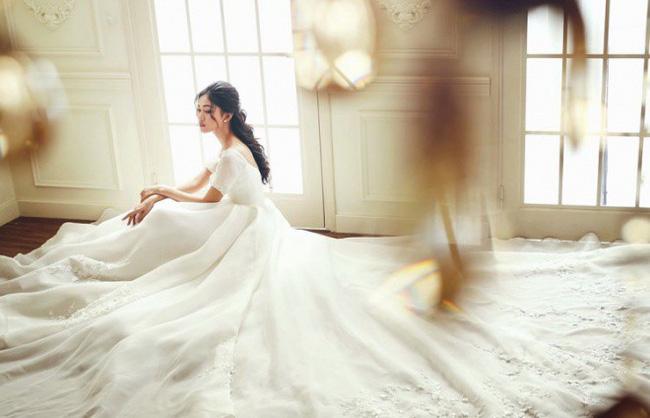 Rò rỉ hình ảnh cưới hiếm hoi chụp tại Pháp cùng chiếc váy cưới 10 nghìn hạt ngọc trai của Á hậu Thanh Tú và chồng U40-5