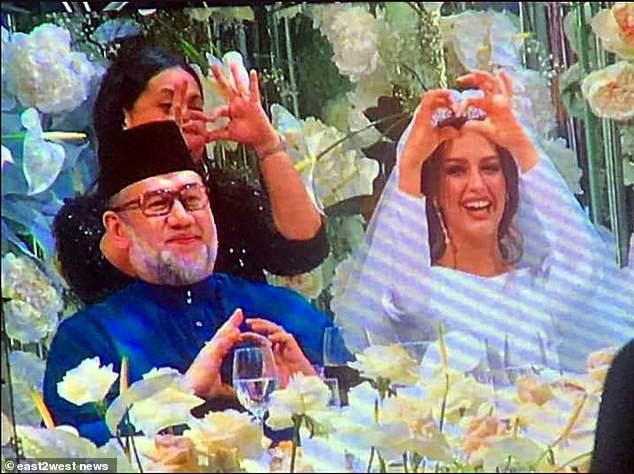 Nhan sắc nóng bỏng của Hoa hậu vừa được nhà vua Malaysia cưới làm hoàng hậu-2