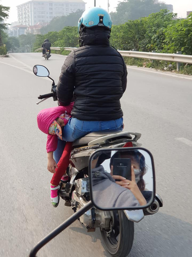 Người phụ nữ đèo đứa bé theo cách đặc biệt, dân mạng nghĩ đến nhiều kịch bản-1
