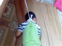 Buộc bé 4 tuổi vào cửa số: