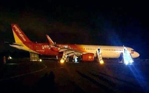 Hiện trường máy bay Vietjet gặp sự cố, hành khách nhảy cửa thoát hiểm-3