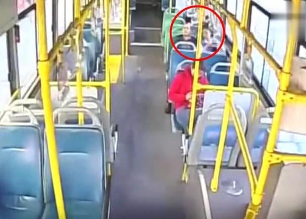 Bé gái bị yêu râu xanh sàm sỡ trên xe buýt và hành động của người tài xế khiến dân mạng vừa hả hê, vừa ấm lòng-1