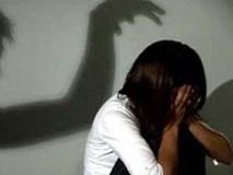 Phát hiện điện thoại con gái có phim người lớn, mẹ chết lặng khi con khai ra hơn 1 năm bị cha dượng hiếp dâm