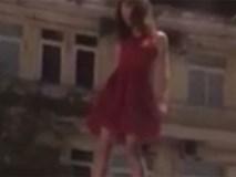 Clip shock nhất trong ngày: Cô gái mặc váy đỏ nhảy múa mất kiểm soát trên đỉnh nóc ô tô