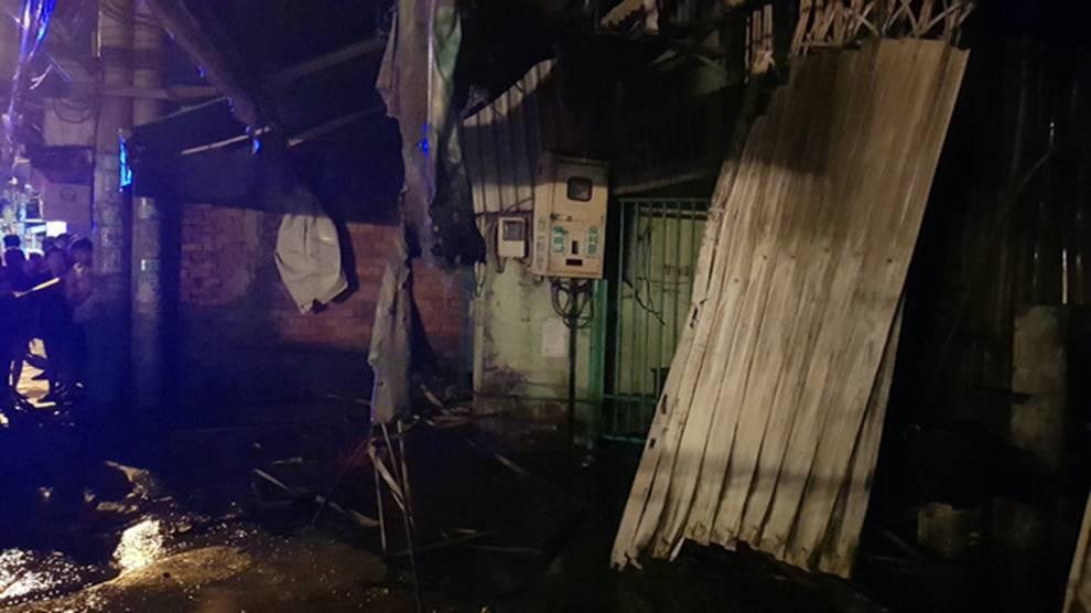 Cháy lớn khu nhà trọ công nhân ở Sài Gòn, thiếu nữ 18 tuổi chết cháy, hàng chục người được giải cứu-1