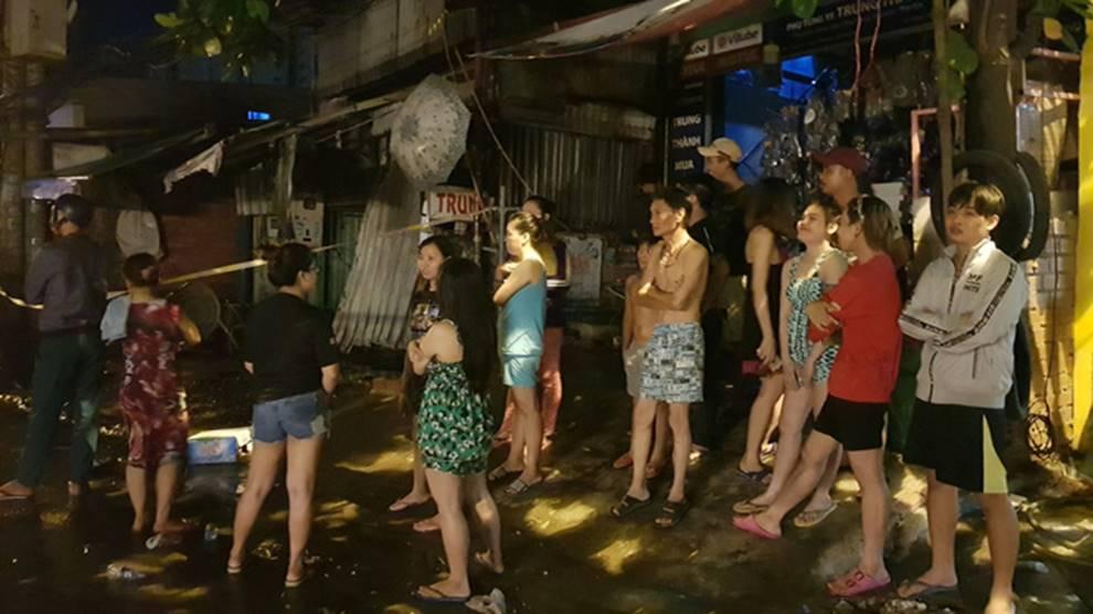 Cháy lớn khu nhà trọ công nhân ở Sài Gòn, thiếu nữ 18 tuổi chết cháy, hàng chục người được giải cứu-2