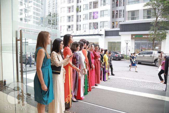 Hot: Chú rể đại gia 40 tuổi cúi gằm mặt khi đến đón Á hậu Thanh Tú về dinh trong lễ cưới sáng nay-4