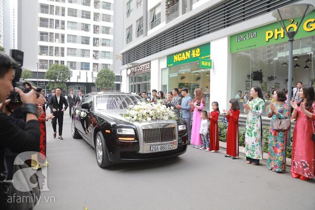 Hot: Chú rể đại gia 40 tuổi cúi gằm mặt khi đến đón Á hậu Thanh Tú về dinh trong lễ cưới sáng nay-5