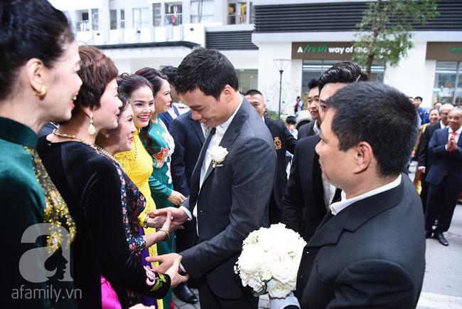Hot: Chú rể đại gia 40 tuổi cúi gằm mặt khi đến đón Á hậu Thanh Tú về dinh trong lễ cưới sáng nay-11