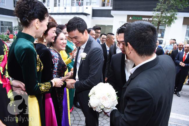 Hot: Chú rể đại gia 40 tuổi cúi gằm mặt khi đến đón Á hậu Thanh Tú về dinh trong lễ cưới sáng nay-12