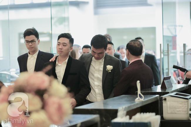 Hot: Chú rể đại gia 40 tuổi cúi gằm mặt khi đến đón Á hậu Thanh Tú về dinh trong lễ cưới sáng nay-15