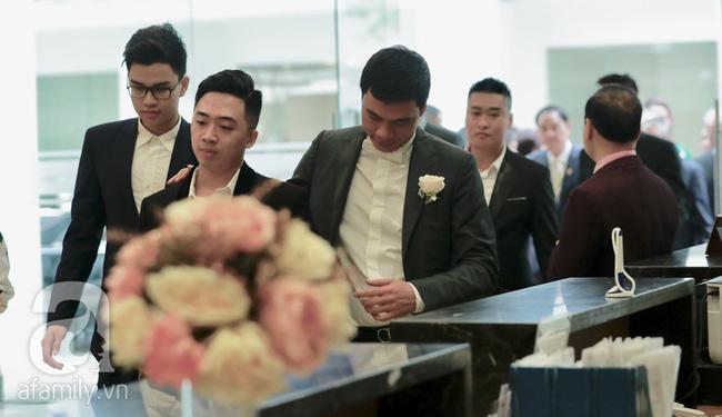 Hot: Chú rể đại gia 40 tuổi cúi gằm mặt khi đến đón Á hậu Thanh Tú về dinh trong lễ cưới sáng nay-16