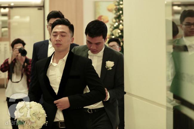 Hot: Chú rể đại gia 40 tuổi cúi gằm mặt khi đến đón Á hậu Thanh Tú về dinh trong lễ cưới sáng nay-17