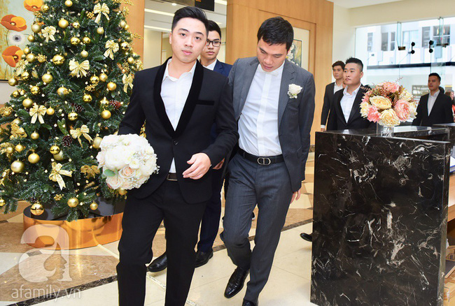 Hot: Chú rể đại gia 40 tuổi cúi gằm mặt khi đến đón Á hậu Thanh Tú về dinh trong lễ cưới sáng nay-18