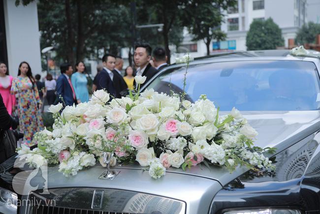 Hot: Chú rể đại gia 40 tuổi cúi gằm mặt khi đến đón Á hậu Thanh Tú về dinh trong lễ cưới sáng nay-7