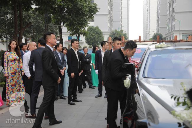 Hot: Chú rể đại gia 40 tuổi cúi gằm mặt khi đến đón Á hậu Thanh Tú về dinh trong lễ cưới sáng nay-6