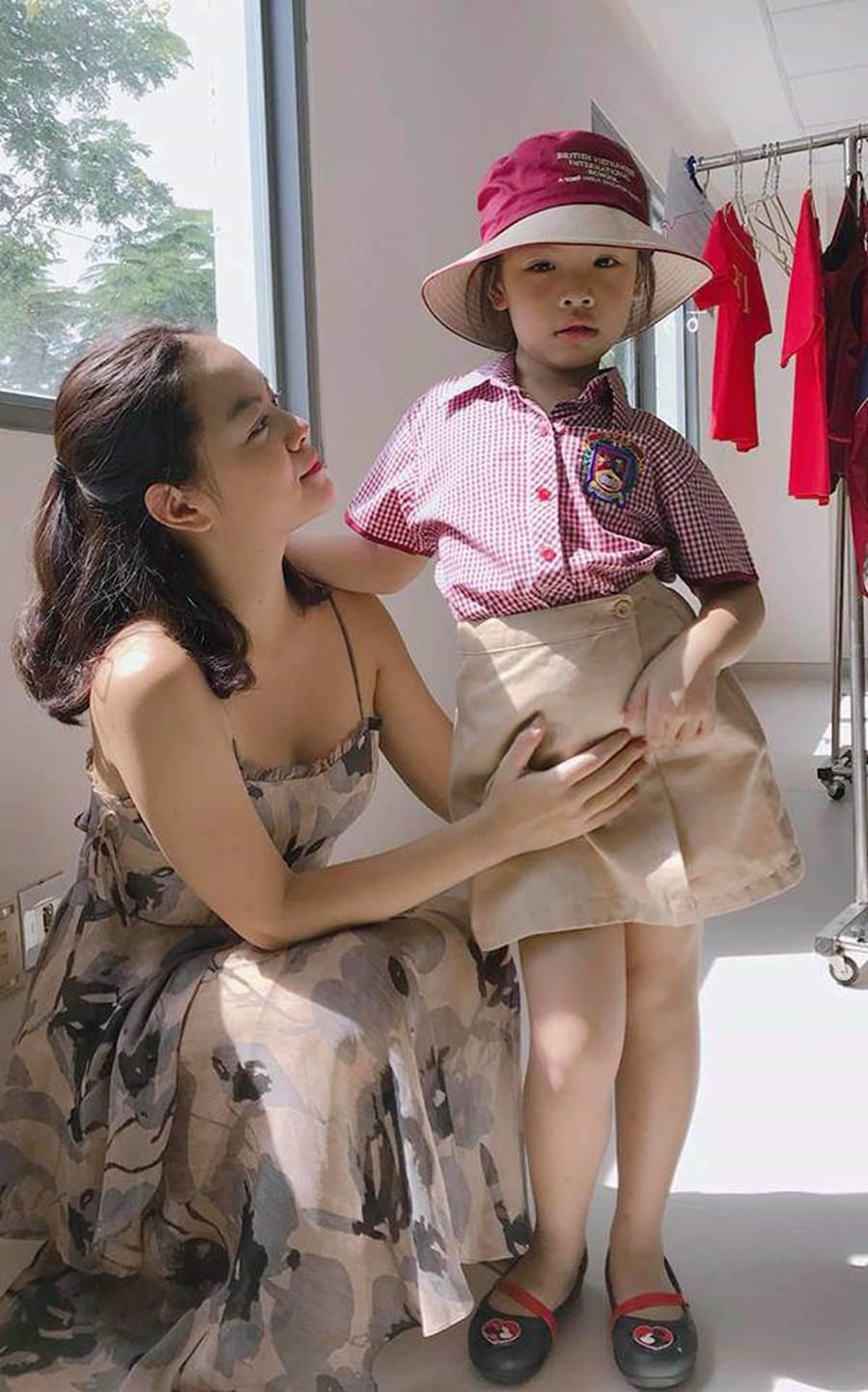 Giật mình: Đã 6 tuổi được mời lên lớp 2, con gái Phạm Quỳnh Anh còn giỏi nhất nhì lớp-4